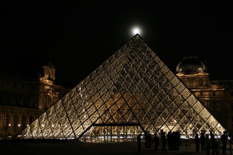 pyramide_du_louvre_pleine_lune